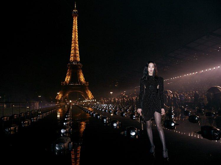 張鈞甯受邀出席Saint Laurent 2020夏季時裝秀,以一身品牌今年冬季...