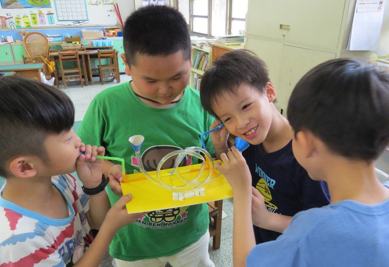 內安國小學生動手進行各項實驗,從玩中學。圖/內安國小提供