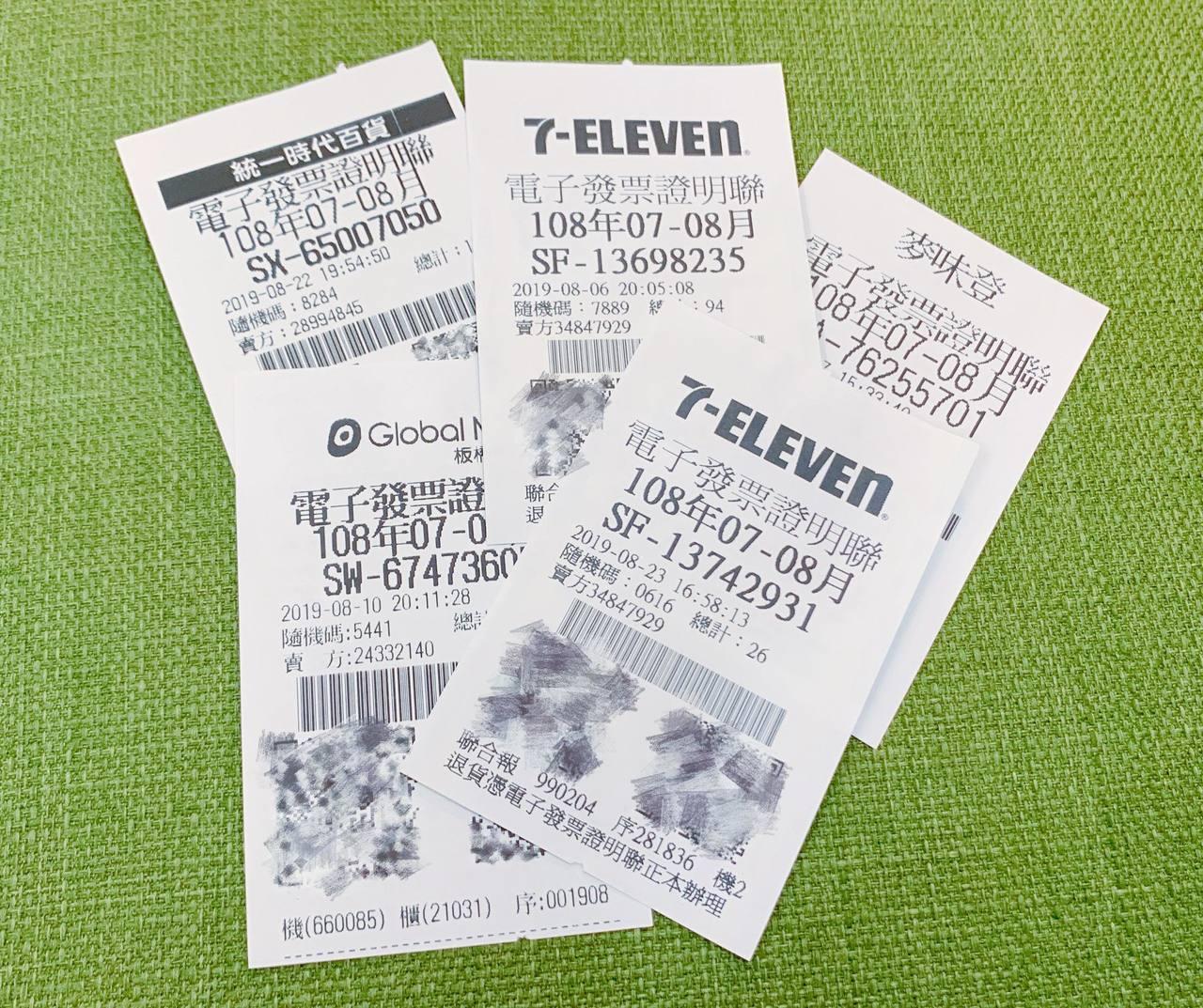 幸運兒購買10元報紙,順利將千萬統一發票大獎帶回家。記者徐力剛/攝影