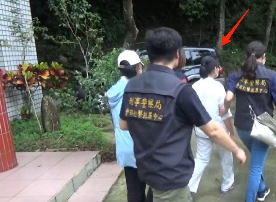 台中市林姓女子涉嫌教唆信眾毆打老弱婦孺,今年初還在涉在大陸廣西打死方姓女子,林女上月底遭檢警帶回,16日遭法院裁定羈押。記者陳宏睿/翻攝