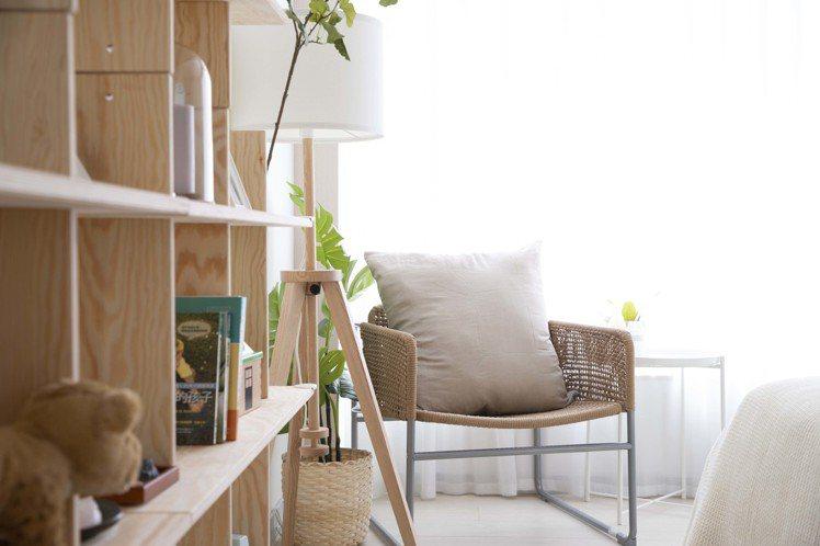 IKEA pop-up hotel快閃旅店「新手爸媽」房的單椅與立燈是魏如萱特別...