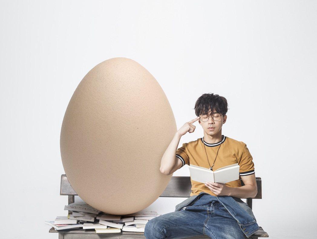 光良明年白色情人節二度攻蛋,宣傳照搞笑先與蛋培養感情。圖/星娛音樂提供