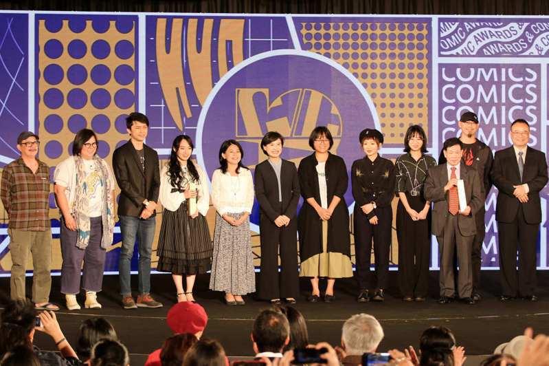 文化部長鄭麗君(左6)25日出席「第十屆金漫獎頒獎典禮」,與第10屆金漫獎得主合影。文化部/提供