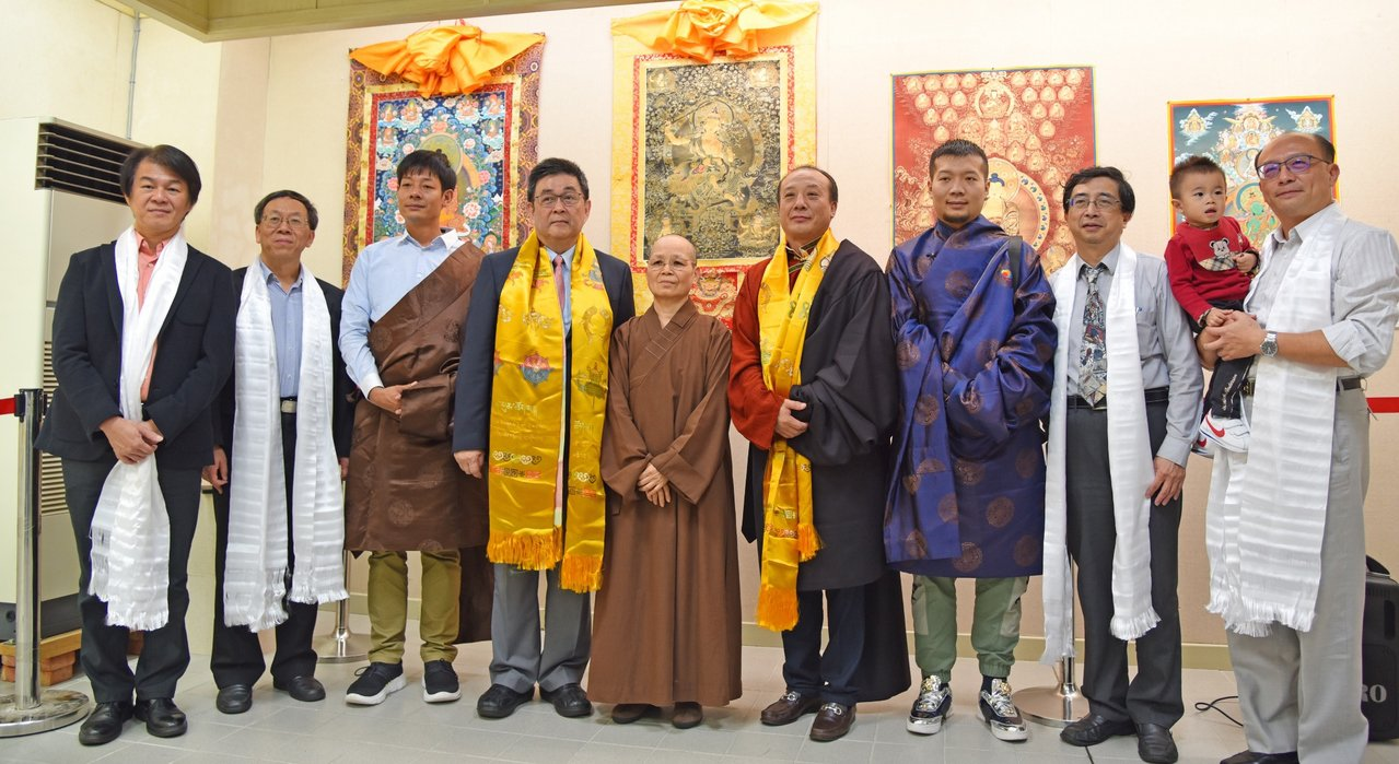 「青海熱貢唐卡藝術展」於華梵大學展出中國工藝美術大師娘本(右四)的熱貢唐卡畫作。...