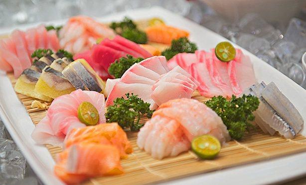 午晚餐期間提供現切生魚片。圖/神旺飯店提供