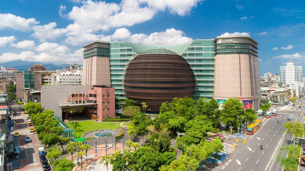 占地約5,000坪的「京華城(Taipei Living Mall)標售案」,歷...