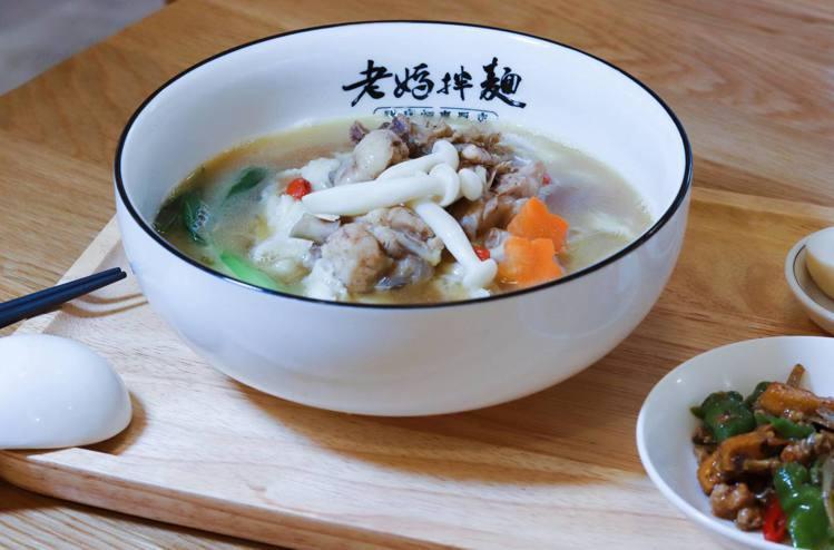 新品「濃花雕雞湯麵」湯頭滑順可口,套餐售價260元/份。記者徐力剛/攝影