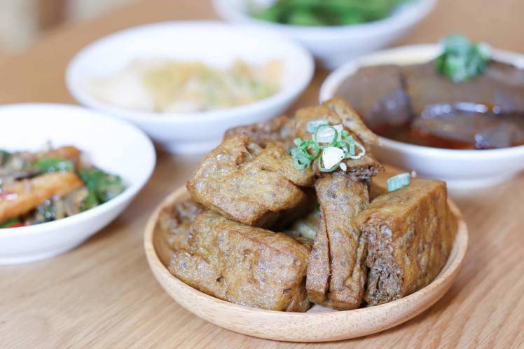 小菜「老滷花干」為店內人氣品項,售價49元/份。記者徐力剛/攝影