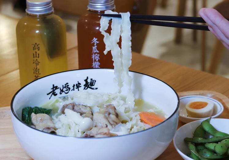 「濃金華火腿干貝雞湯麵」套餐售價255元/份。記者徐力剛/攝影