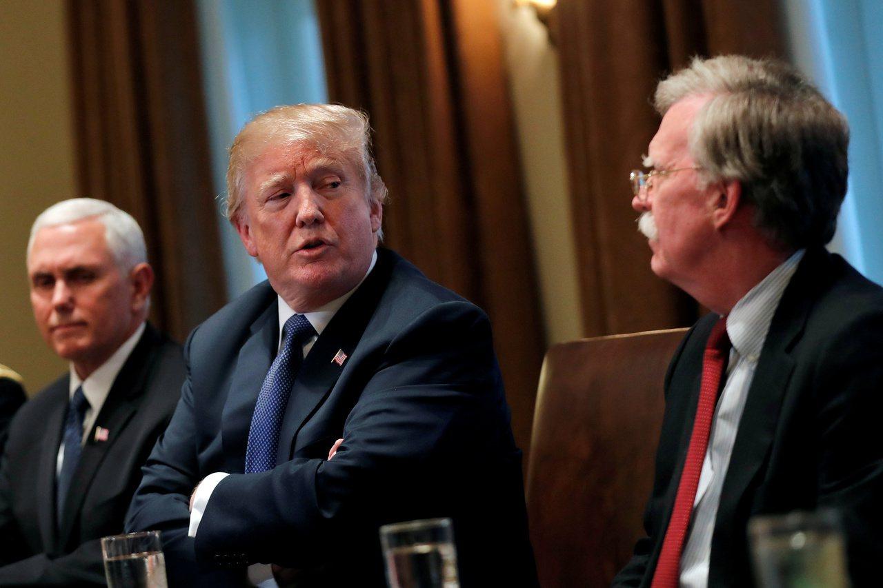 川普(中)聽取國安簡報時,副總統潘斯(左)與時任白宮國安顧問的波頓會在場。路透
