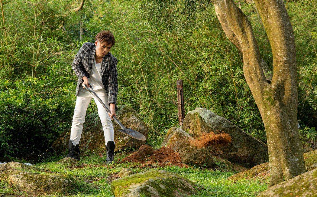 AJ在MV中不斷挖土想埋葬前任的記憶。