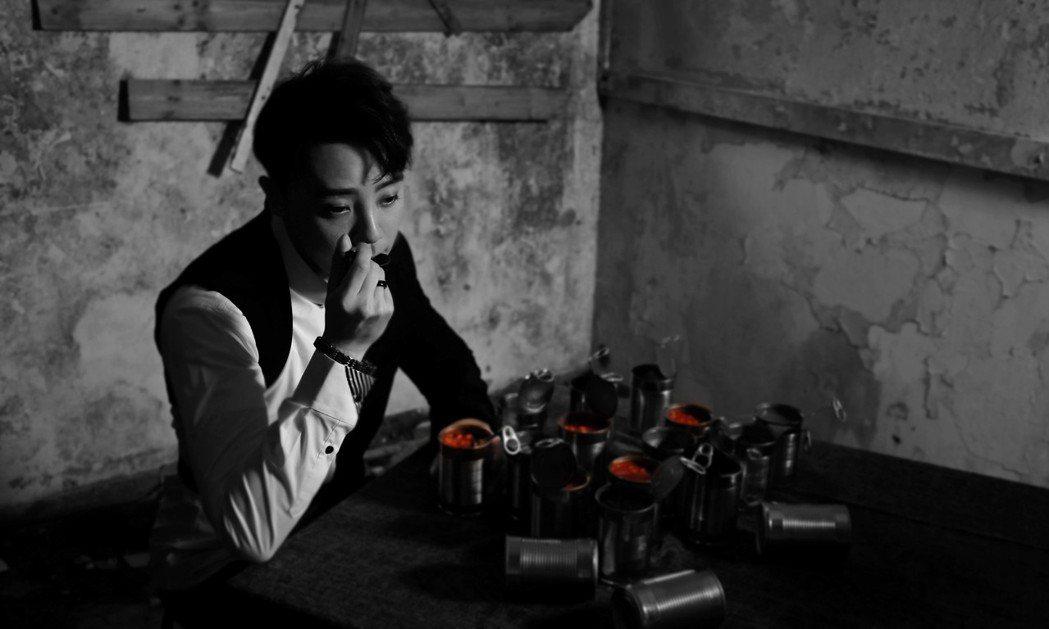 嘉豪在MV中耽溺於開罐頭邊吃邊跟空氣對話。圖/超級亞洲娛樂提供