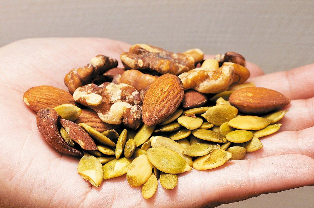 堅果的不飽和脂肪含量高,因此能加速脂肪的氧化與產熱作用,讓熱量更快轉換成能量。 ...