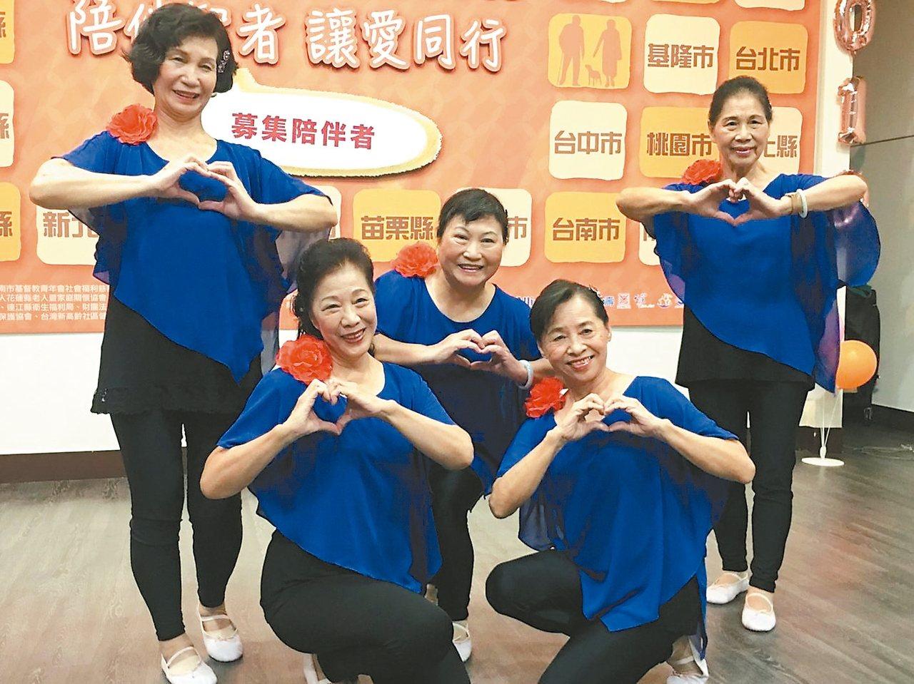 71歲的輕度失智者白婉芝(前排左)相當有自信,她不僅參加長青舞蹈社,更與老師和社...