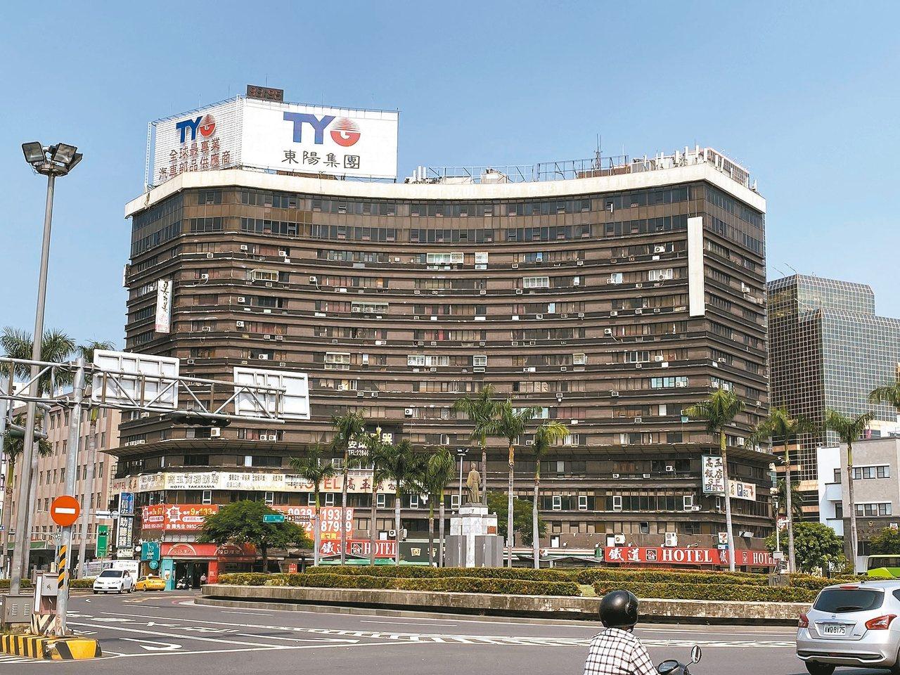 台南火車站前的國賓大樓有30多年歷史,外觀老舊,牆面出現剝落情形。 記者鄭維真/...