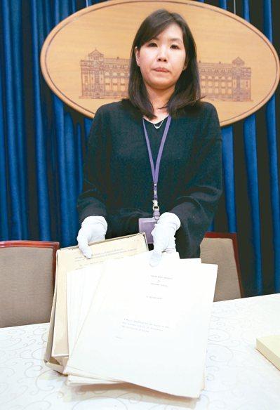 立委黃國昌爆料,總統府發言人室諮議林家如(圖)隨蔡總統出訪,在專機上買卅七條菸。...