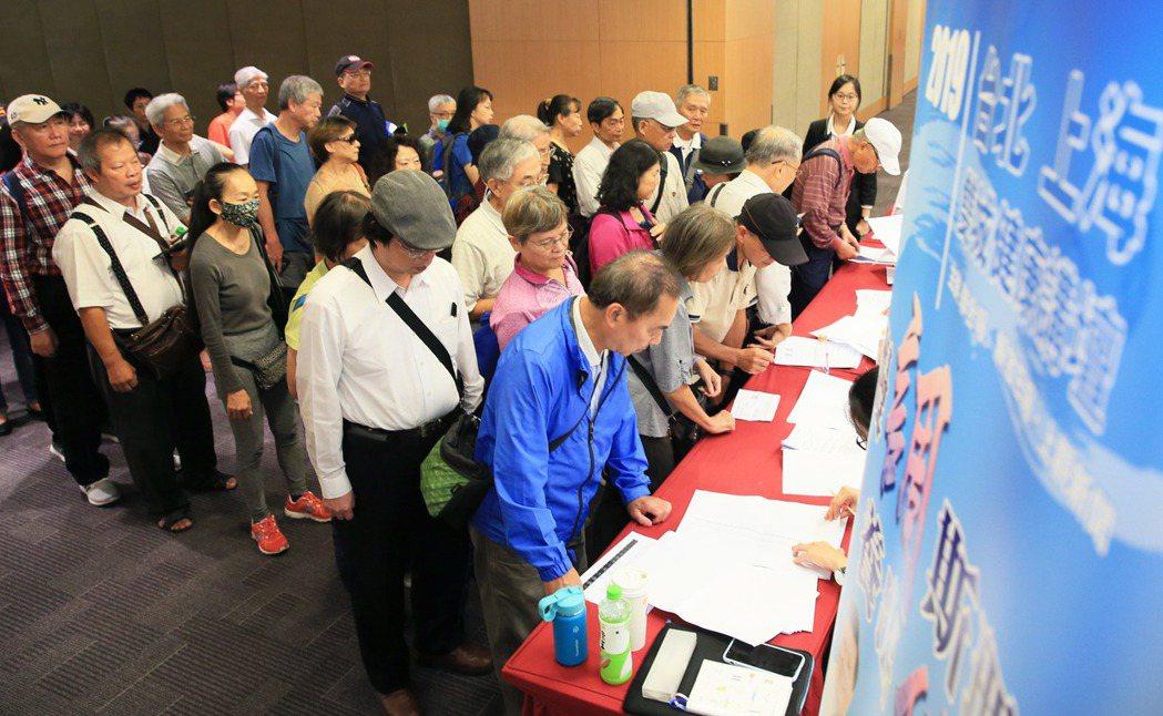 「台北、上海健康講壇」昨天登場,許多民眾到場聆聽兩岸名醫演講。 記者潘俊宏/攝影