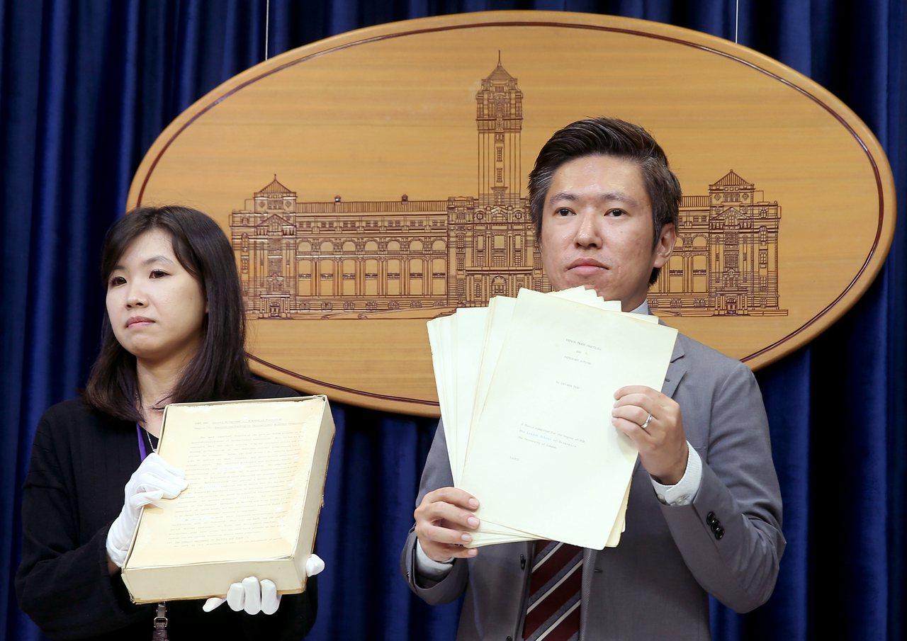 總統府日前開箱蔡總統博士論文時,戴著手套捧著論文的人就是林家如(左)。記者余承翰...