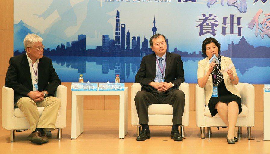 上海中醫藥大學附屬龍華醫院腫瘤科主任醫師楊金坤(左起)、台中榮總院長許惠恒、上海...