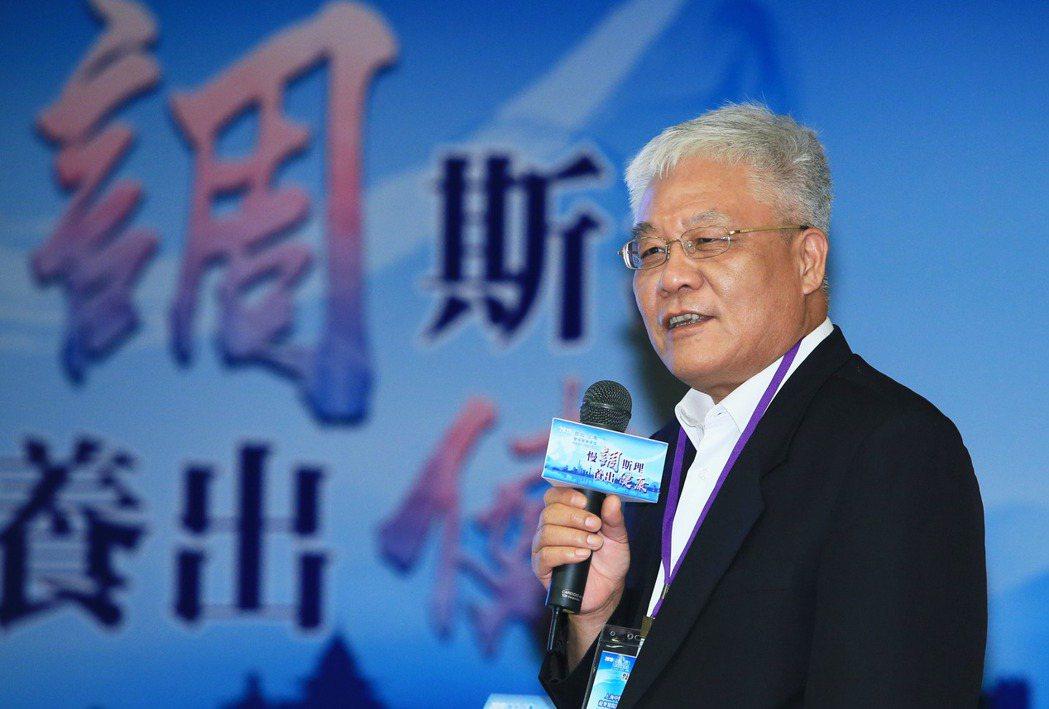 上海中醫藥大學附屬龍華醫院腫瘤科主任醫師楊金坤,以「中醫智慧與癌症防治」為題發表...