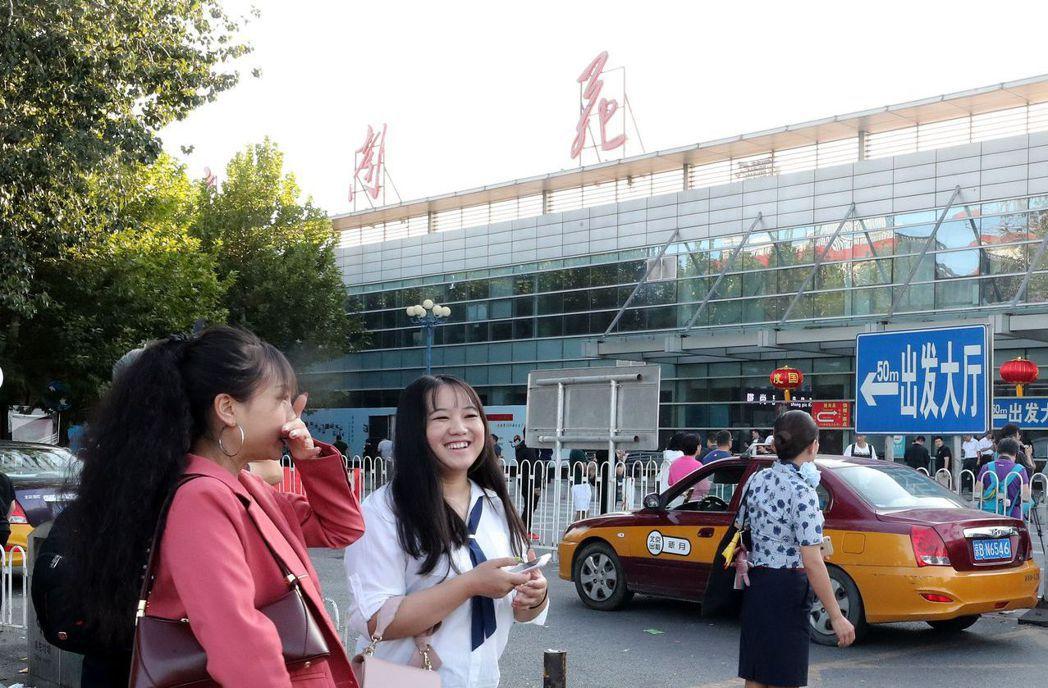 9月25日,北京南苑機場最後一日的旅客。 (中新社)
