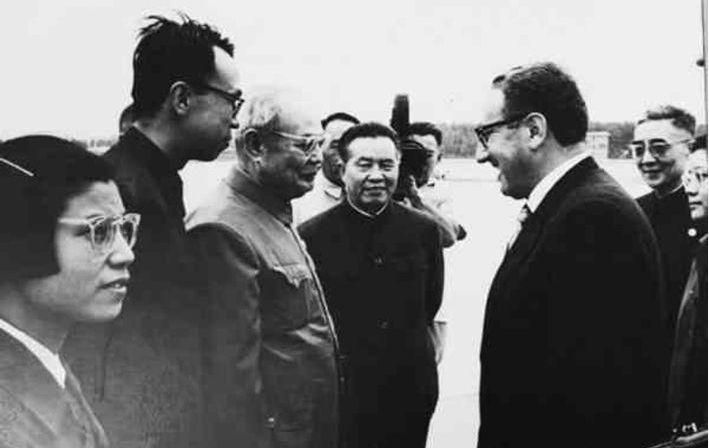 1971年7月9日,美國國務卿季辛吉(右)祕密訪問北京,葉劍英(左三)、黃華(左...