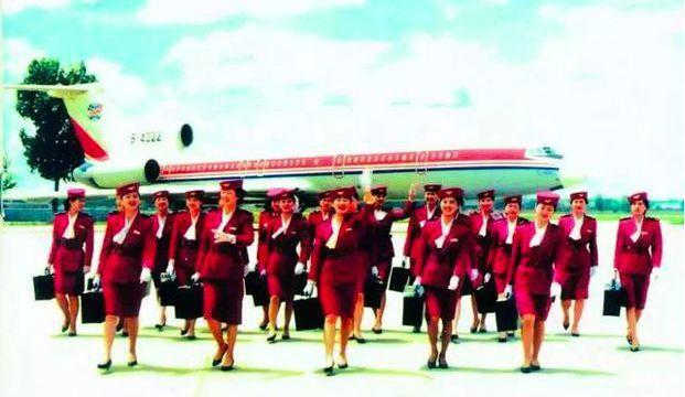 南苑機場中聯航早期的空姐,和曾經的主力機型蘇製圖-154客機。 (每日頭條)