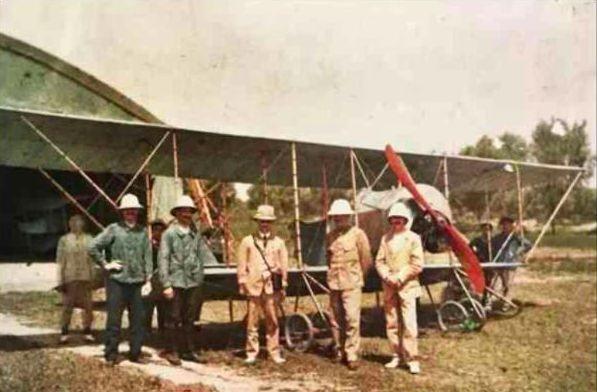 1913年,法國飛行教練(前排右邊三位著淺色外套者)和機械師(前排左邊兩位穿藍外...