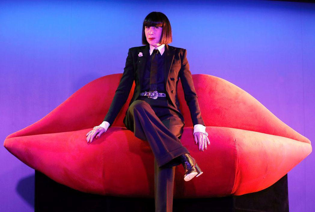超現實主義大師達利也非常喜歡瘋馬秀,圖中標誌性的紅唇沙發就是由他設計。(法新社)