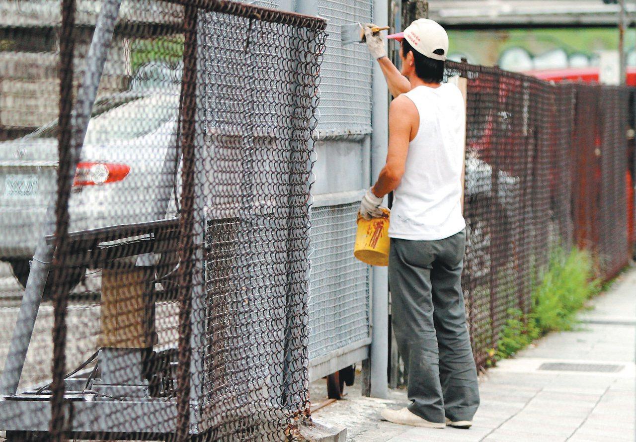 台灣勞工去年全年總工時2033小時,與近40個主要國家相比,排名第四多。 聯合報...