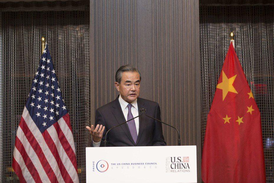 中國外交部長王毅反擊美國總統川普說,貿易方面不會接受威脅或讓美國干預內部事務。圖/中新社