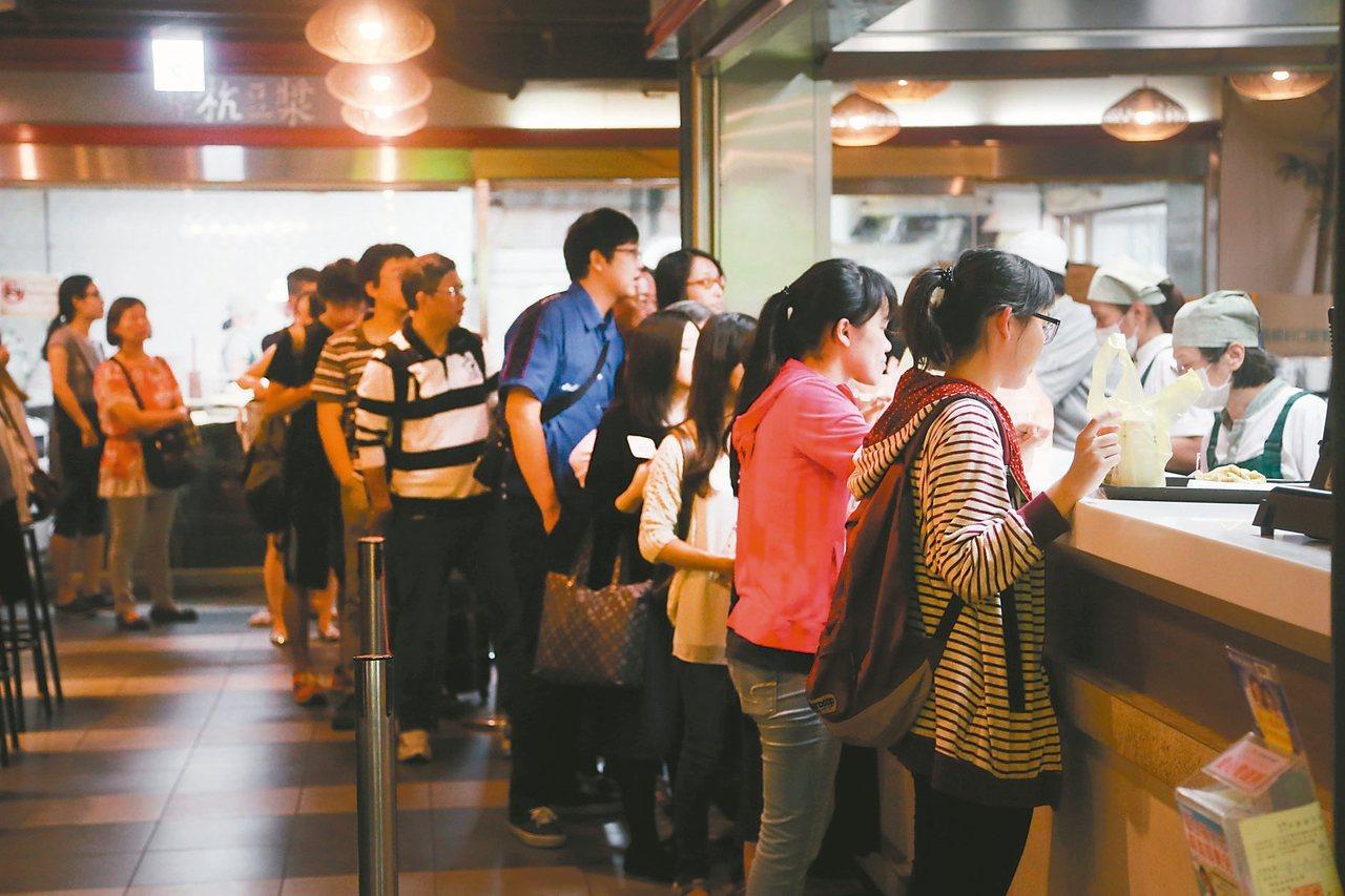 一般餐飲小店即便月營業額超過20萬元,也可以免開統一發票,但若店內使用電子取餐單...