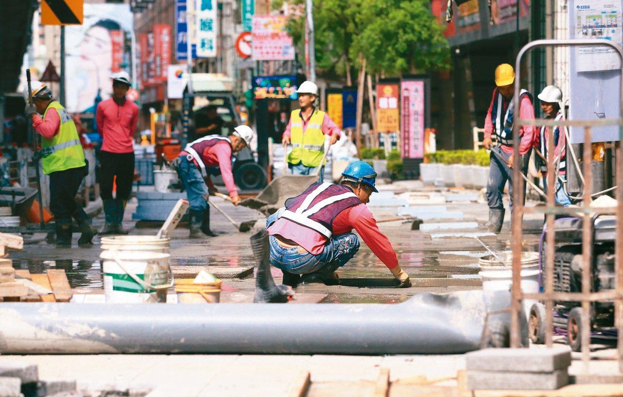 台灣總工時與近四十個國家相比排名第四,去年排名與前一年相同。圖為街頭上忙碌的勞動...