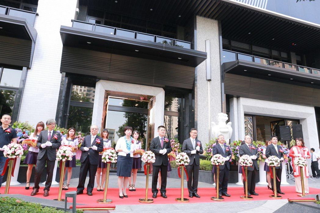 天玉集團將公司總部遷到自家建案「龍騰」的1+2+3樓,盛大舉辦喬遷儀式。執行長黃...