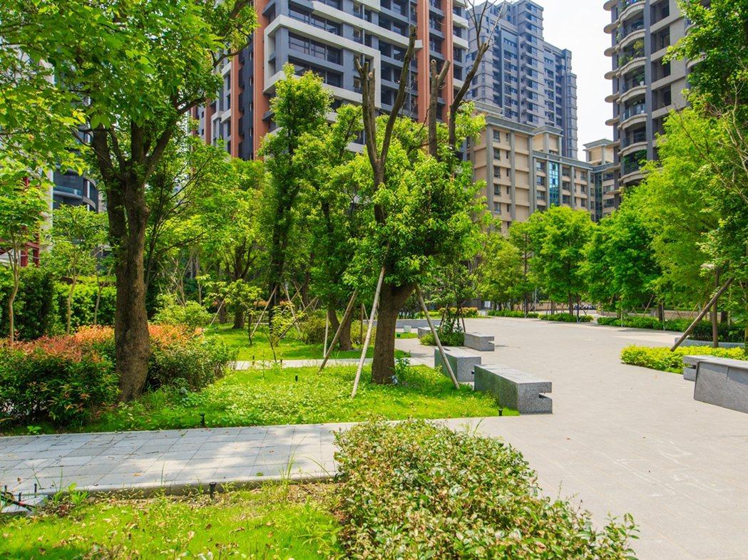 「長耀雙峰滙」1625坪大基地、千坪綠地花園,超低36%的建蔽率,打造社區大花園...