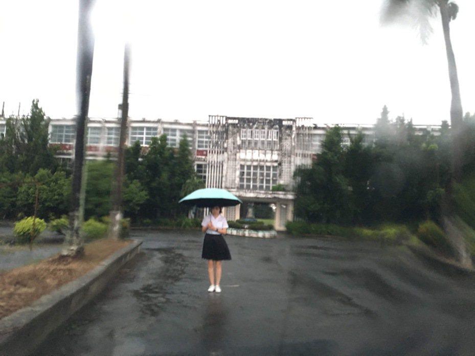 「大武山青少年文學營」講師張宥希,為課程實際走訪廢校18年的屏東縣私立志成商工。圖/張宥希提供