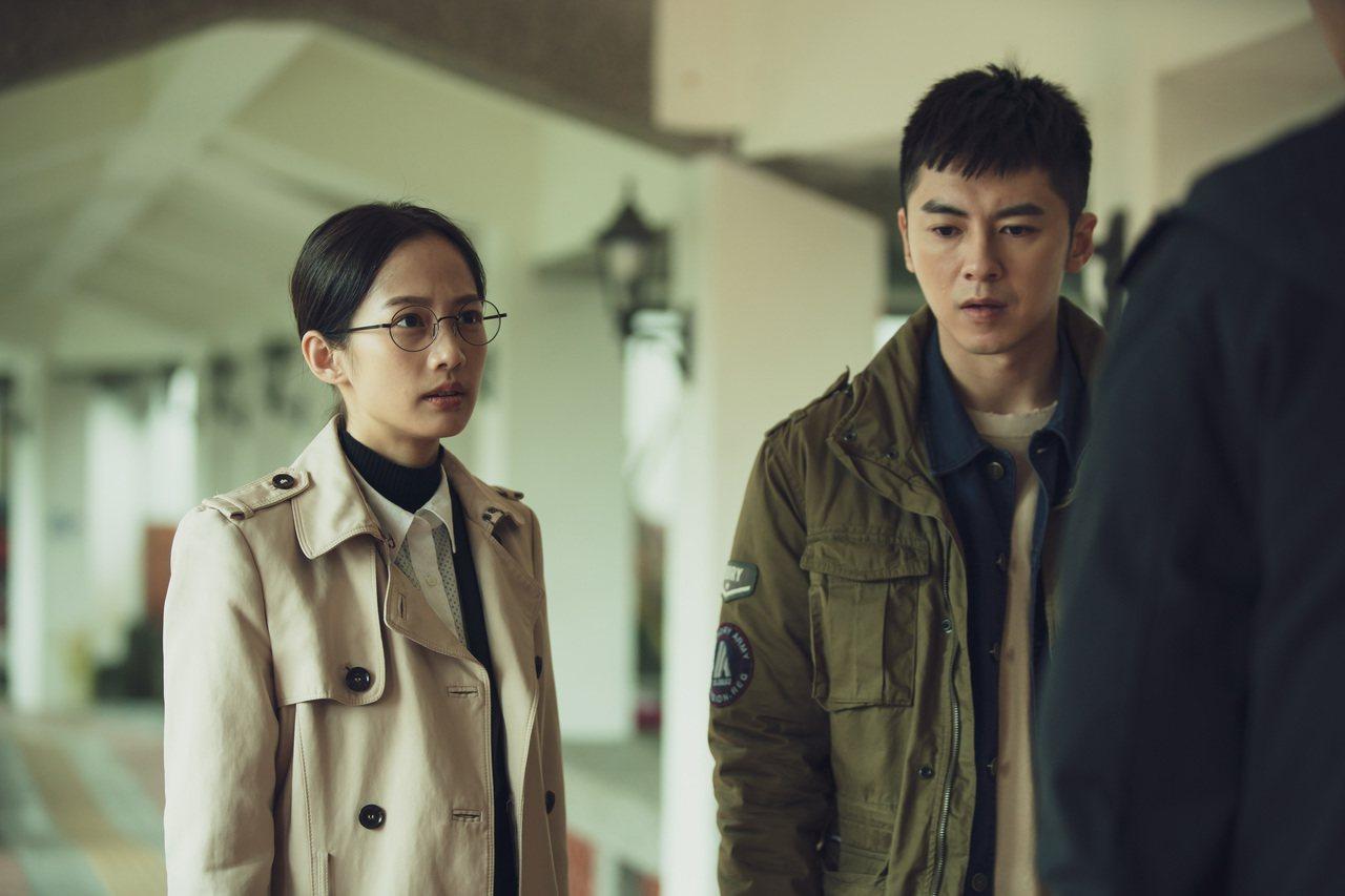 (左起)簡嫚書飾法醫、李國毅飾演的葬殯業第二代接班人,兩人在電視劇《靈異街11號...