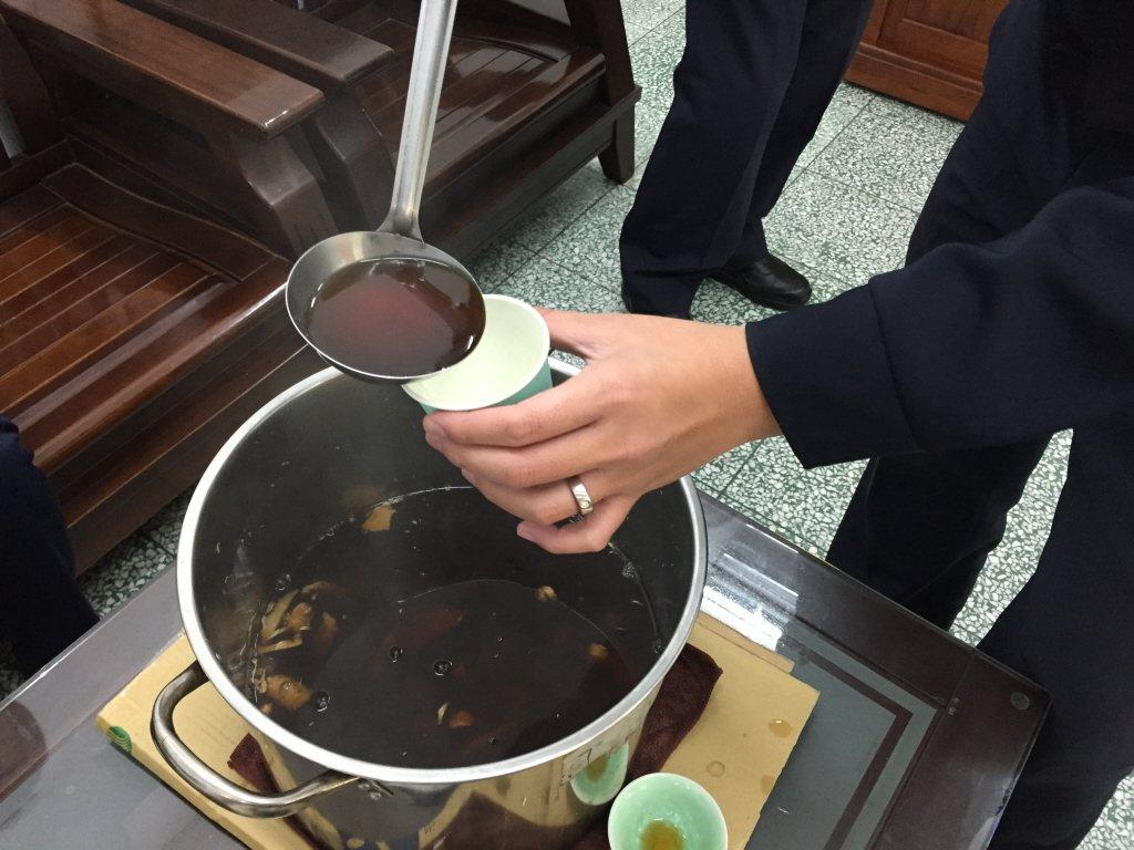 天氣變冷時,民眾用紅糖、生薑煮湯喝。(本報資料照片)