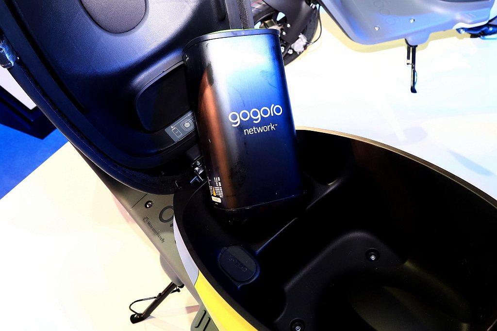 Gogoro VIVA採一顆智慧電池設定,換電更快且更輕鬆,續航里程可達85km...