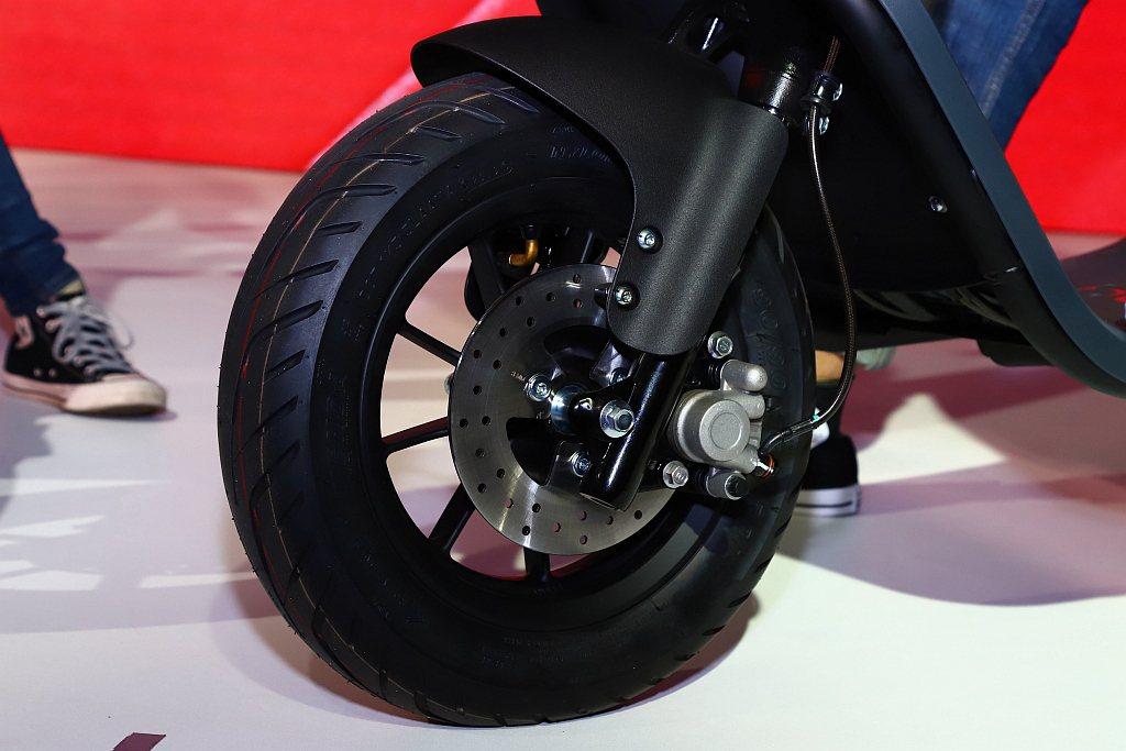 Gogoro VIVA採用10吋小車輪框,提供舒適且靈巧的騎乘體驗。 記者張振群...
