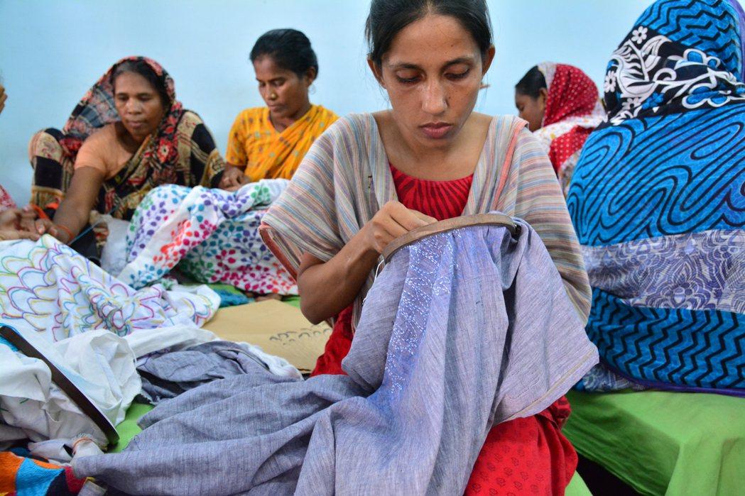 透過在地公平貿易組織的合作,繭裹子希望也能為尼泊爾、印度當地婦女,增加收入。 圖...