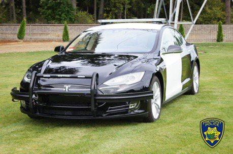 前一天忘記充電?美國警開Model S追犯人追到一半沒電!