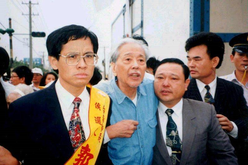 史明(中)目睹蔡介雄、郭倍宏(右)支持者搶人衝突,不禁老淚縱橫,攝於1993年。...