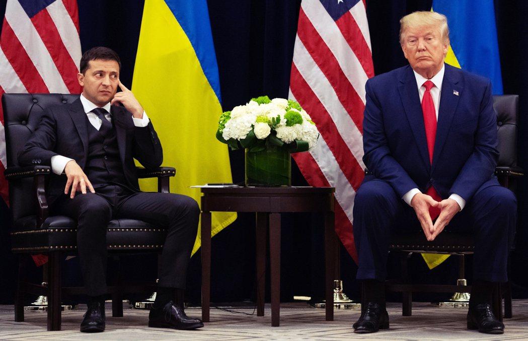 25日,澤倫斯基(左)在聯合國與川普(右)同台會面時,特別澄清自己「沒有被施壓」...