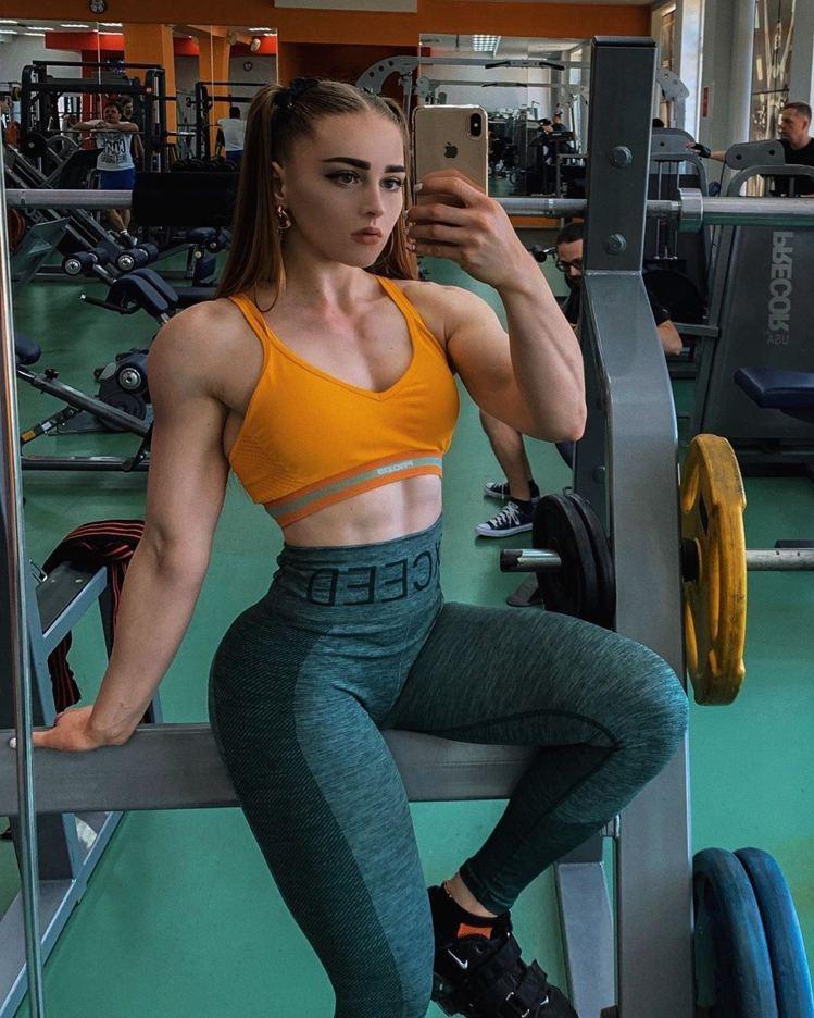 23歲的茱莉亞(Julia Vins)是舉重運動員,她自8年前開始接觸到健身,便...