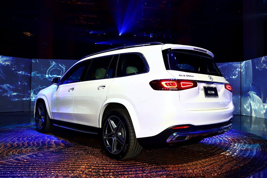 全新賓士GLS車身尺碼微幅調整為長5207mm、寬1956mm、高1838mm,...