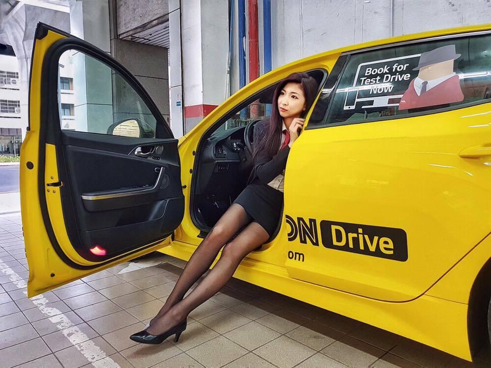 女業務臉書中,可以看到多張與車子合影的照片,張張都露出修長的美腿。 圖/翻攝自當...