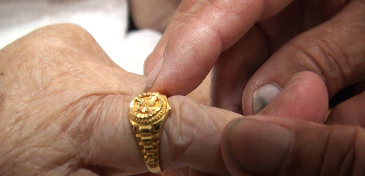 有一對年過六旬的夫妻每晚睡前拿下結婚戒指、放在床頭,每天清晨醒來再重新為對方戴上...