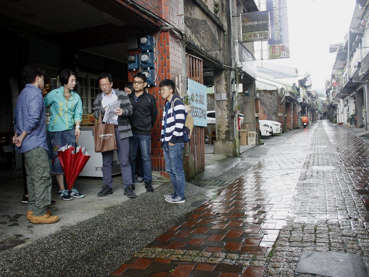 貢寮老街路面因積水,導致中央路面拱起,銀髮居民出入相當困擾,市議員林裔綺會勘,要...