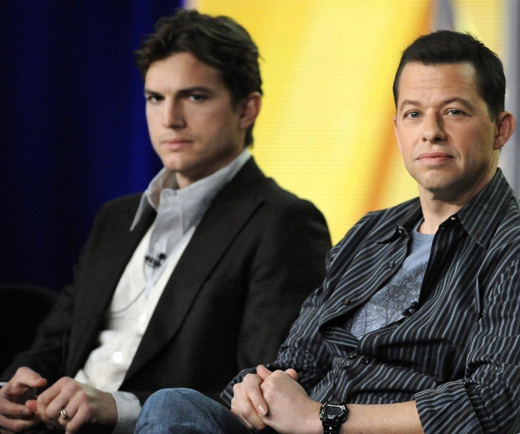 艾希頓庫奇與強奎爾合作演出影集「男人兩個半」,彼此卻有特殊關係。圖/路透資料照片